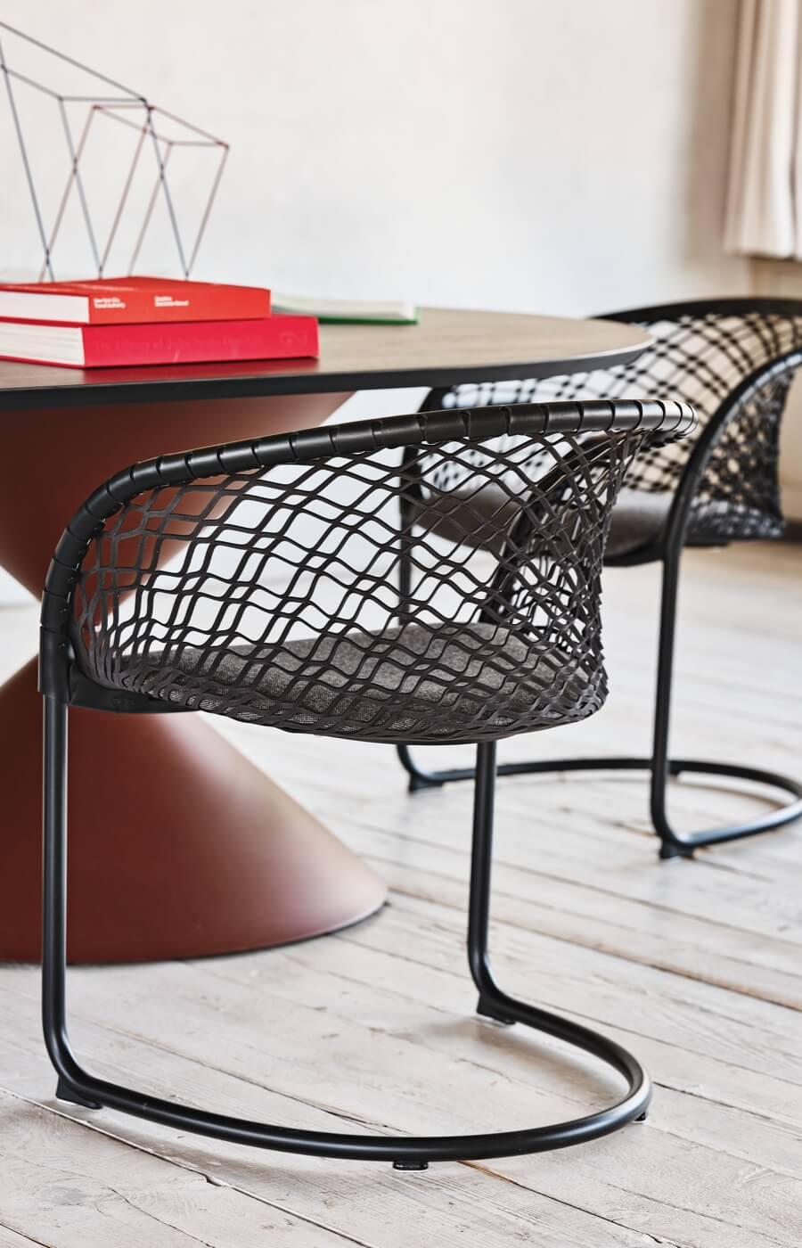 Sedie P47, design Franco Poli con tavolo Clessidra, design Paolo Vernier.