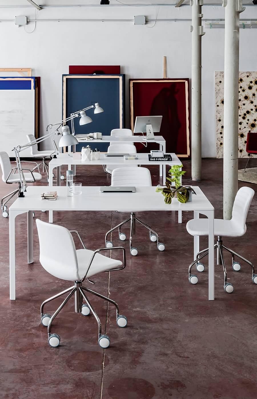 Tavolo Armando, design Balutto Associati e Poltroncine Liù, design Archirivolto.