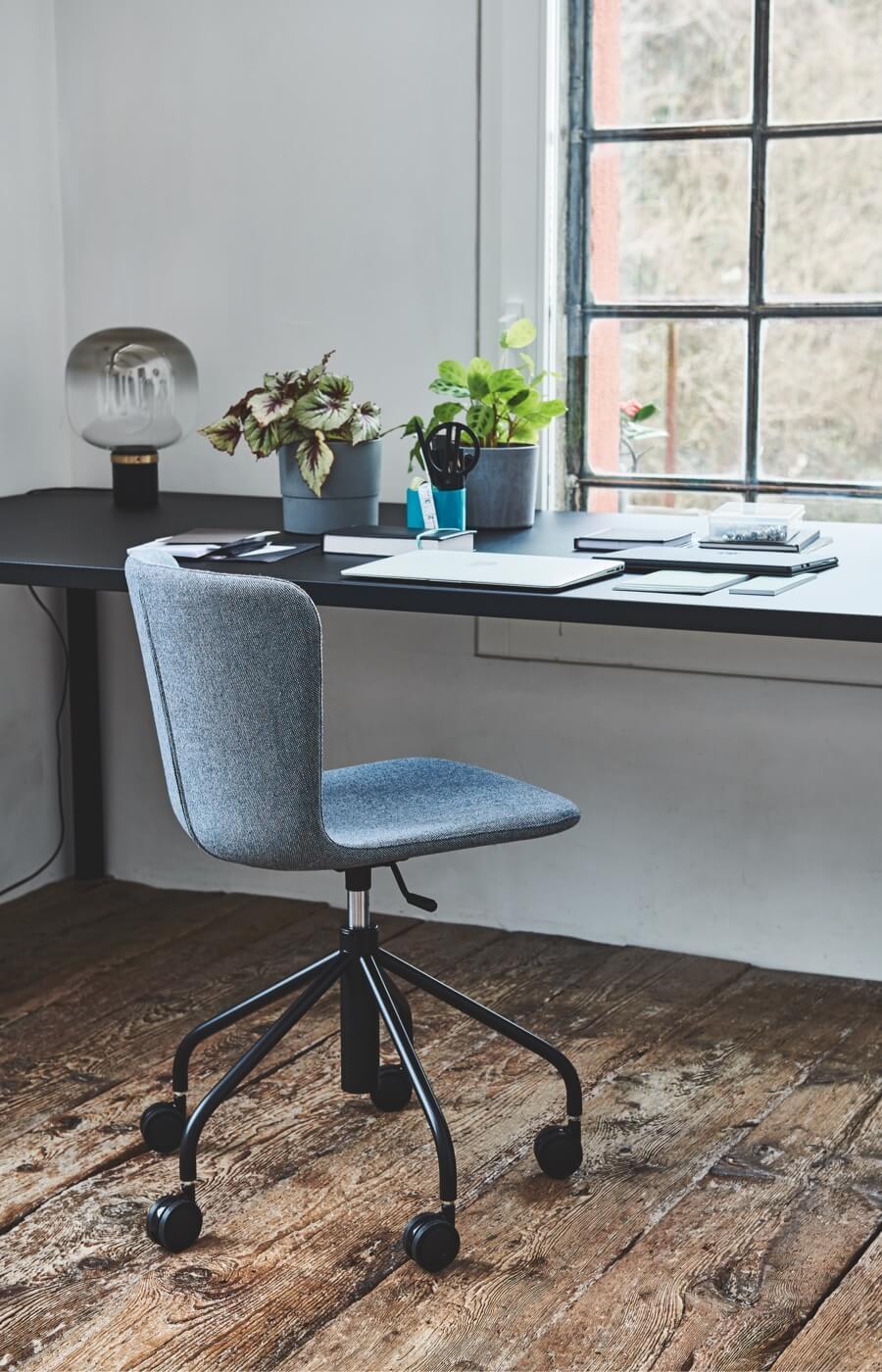 Sedia girevole Calla su ruote e regolabile in altezza. Designer Fabrizio Batoni.