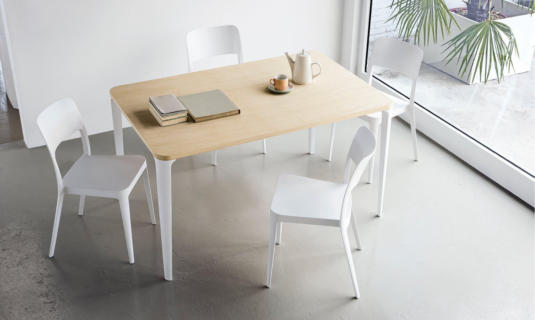 Sedie e tavolo rettangolare Nenè, design Paolo Vernier.