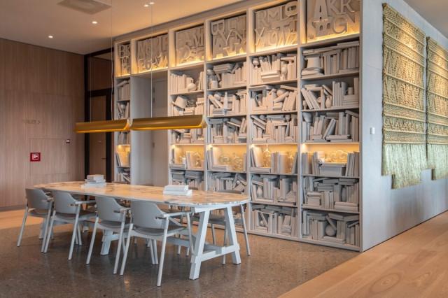 Arredare con colori chiari: eleganti complementi illuminano l'interior