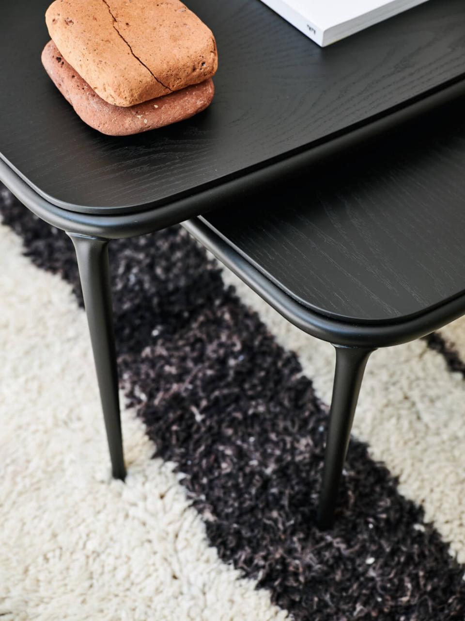 Dettaglio dei coffee table Lea con piano in legno nero