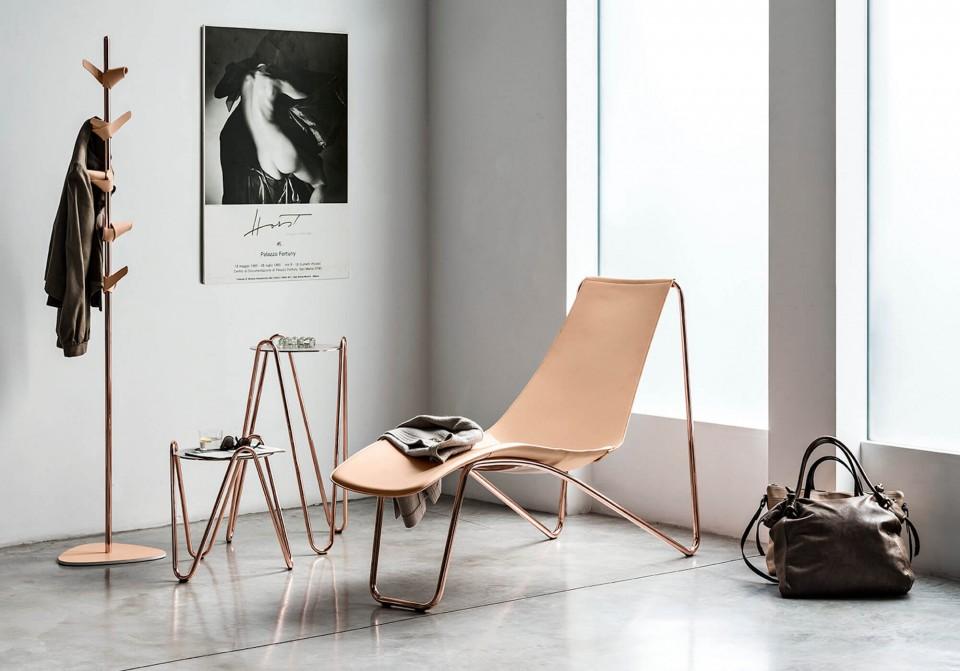 Apelle Chaise Longue di design con struttura in metallo finitura oro rosa e sedile in cuoio color rosa.