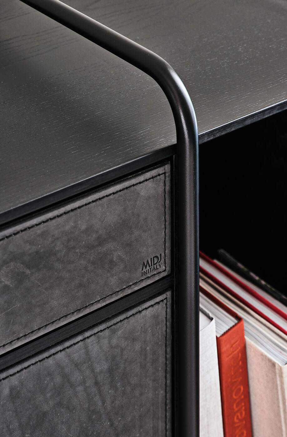 Apelle enfilade en bois noir et cuir noir