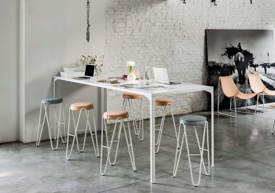 Apelle Jump stool in white metal with seat in pink and light blue hide