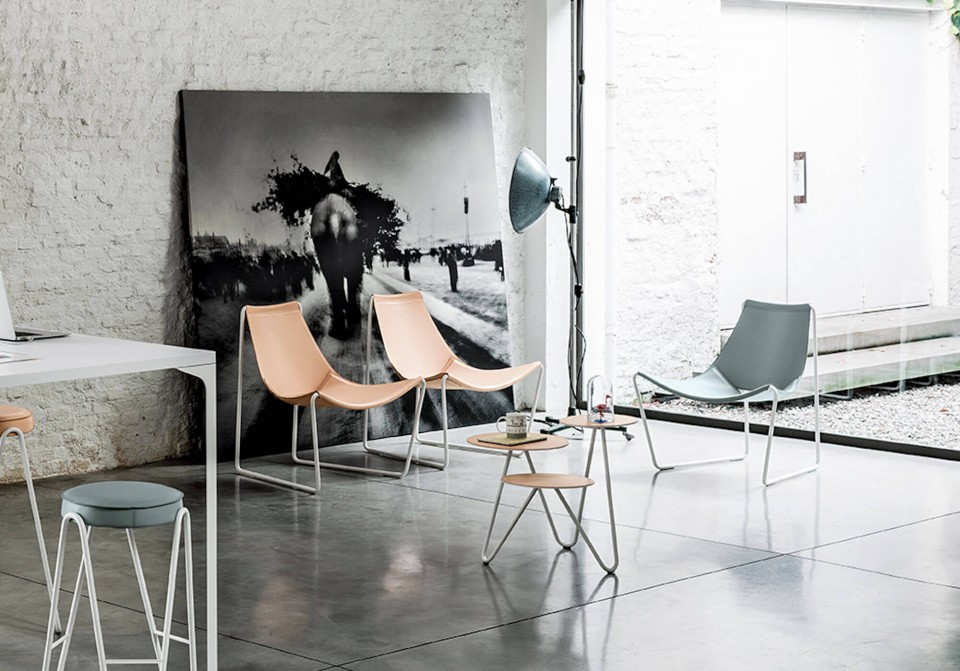 Apelle lounge with sled base in white steel and pink hide shell
