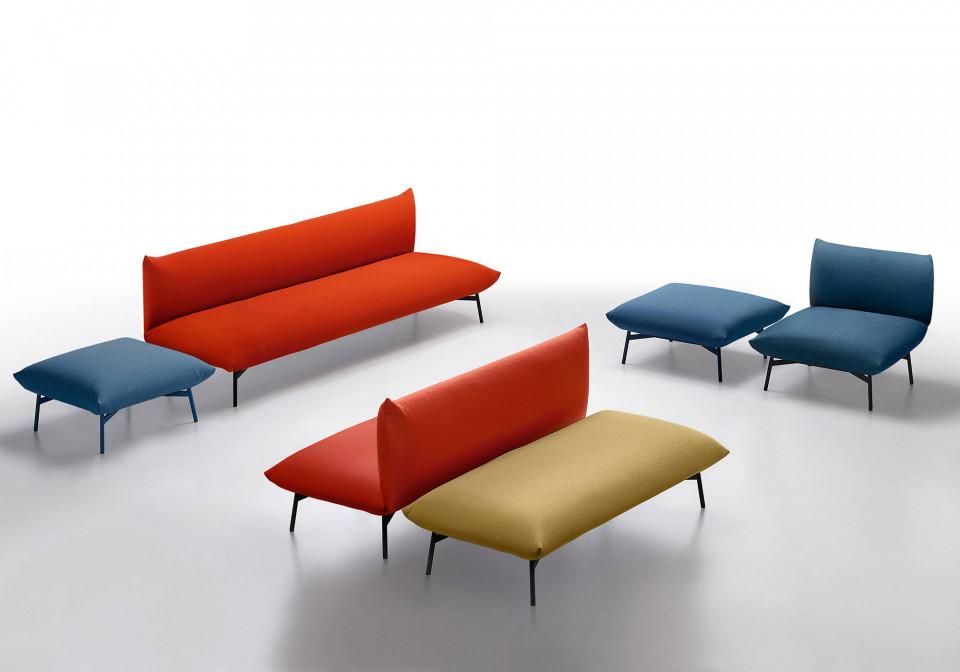 Area divano a due posti in tessuto rosso senza braccioli