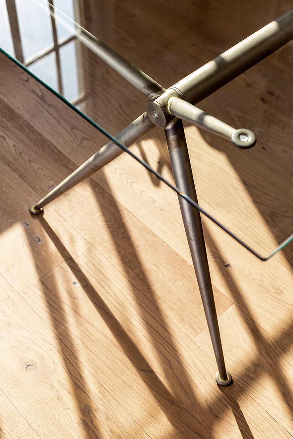 La struttura del tavolo Brioso è disponibile nella nuova versione in metallo stile industrial