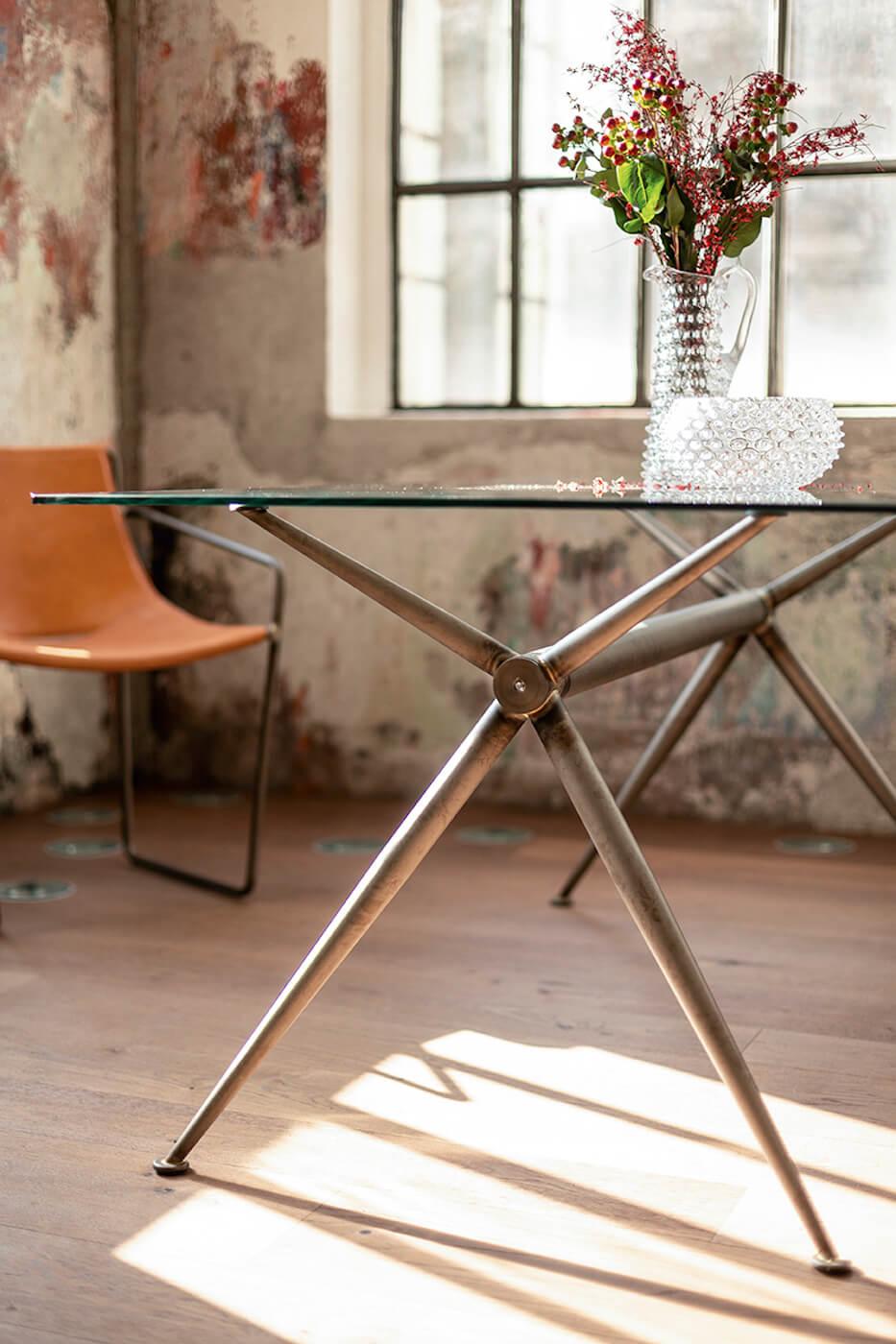 Il tavolo Brioso in versione vintage è adatto all'arredamento in stile industrial