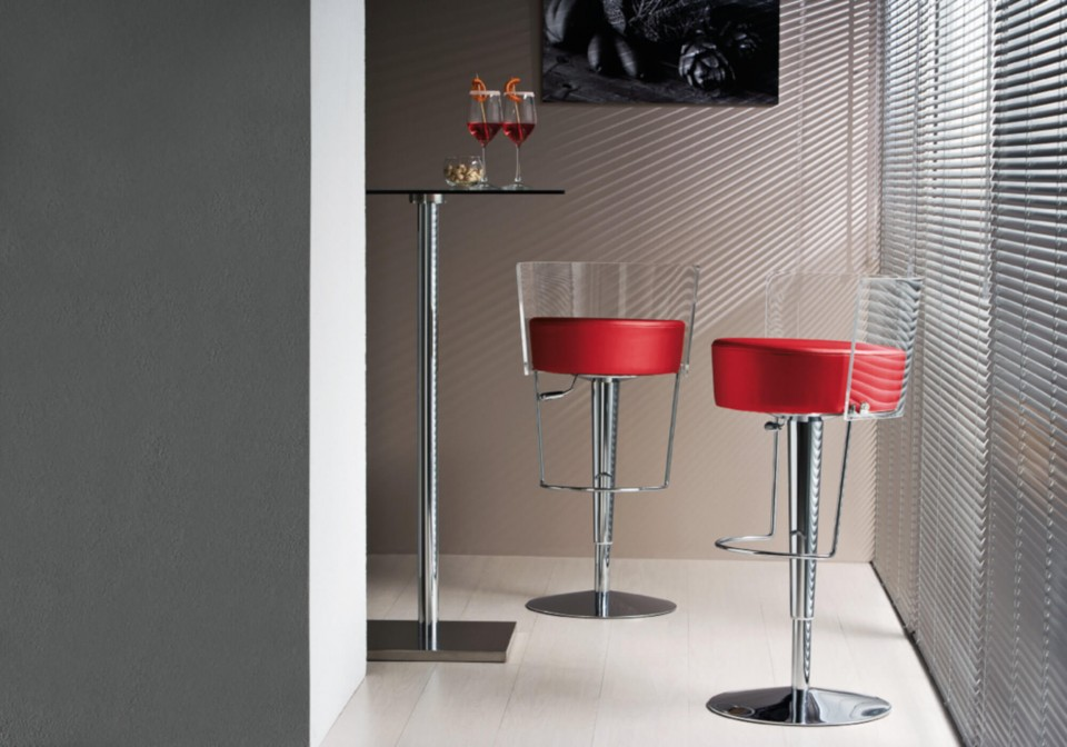 Bongo bar stool with metal frame and red fabric seat. The model has a back in transparent methacrylate.