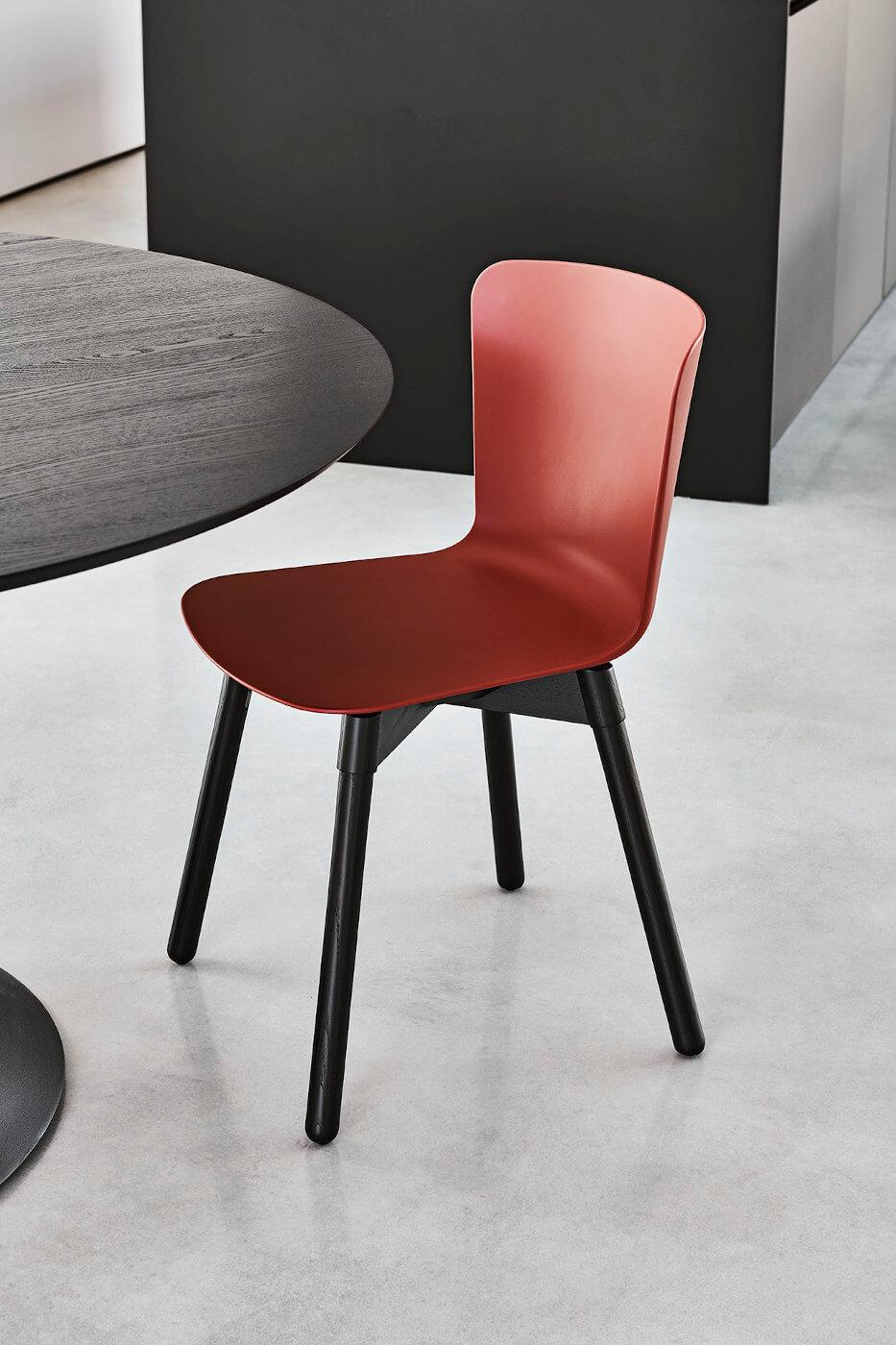 Chaise Calla avec structure en bois et assise en polypropylène rouge bulgaro