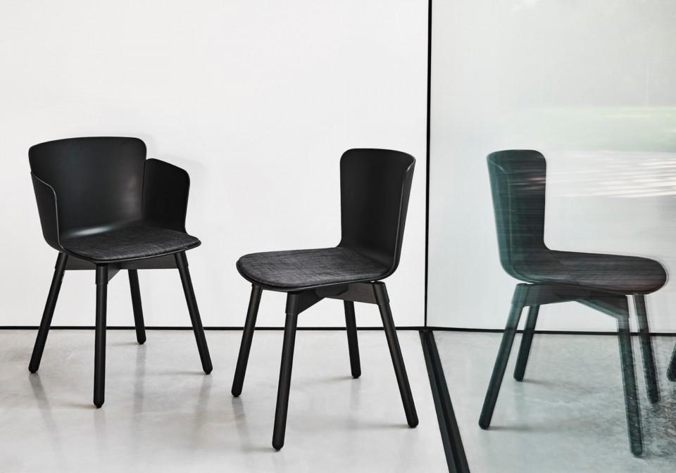 Chaise design Calla avec structure en bois et assise en polypropylène noir