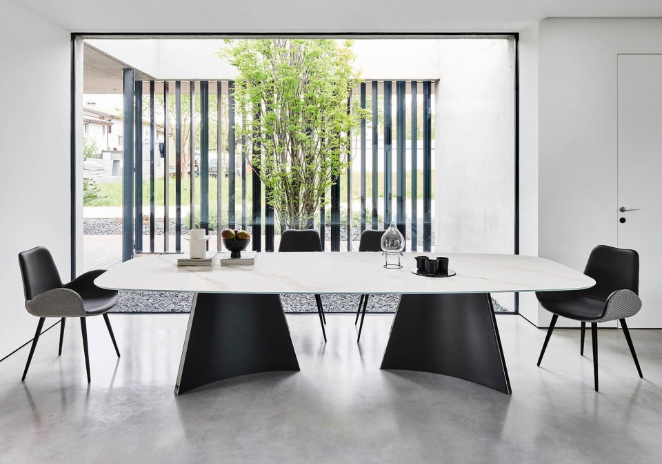 Concave table in 300 x 120 cm barrel size with black metal base and calacatta marble cristalceramic top