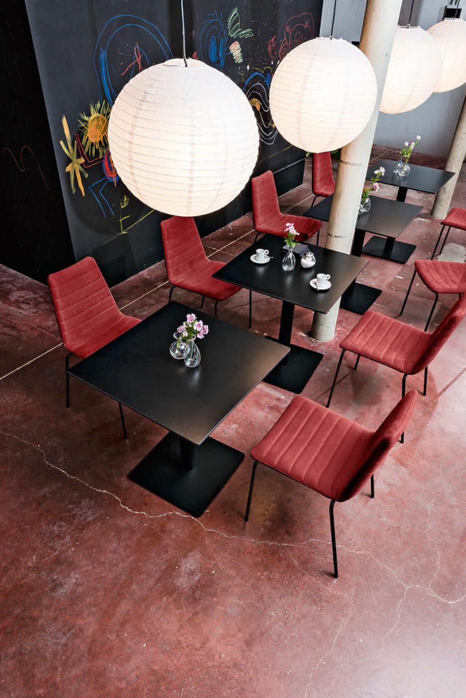 Sedia Cover con seduta in tessuto rosso e struttura in metallo nero