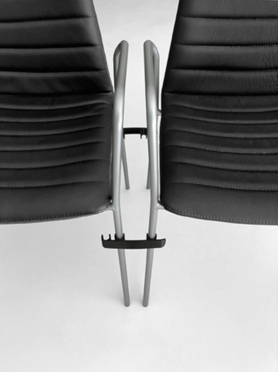 Particolare della finitura della sedia Cover, con seduta in tessuto nero