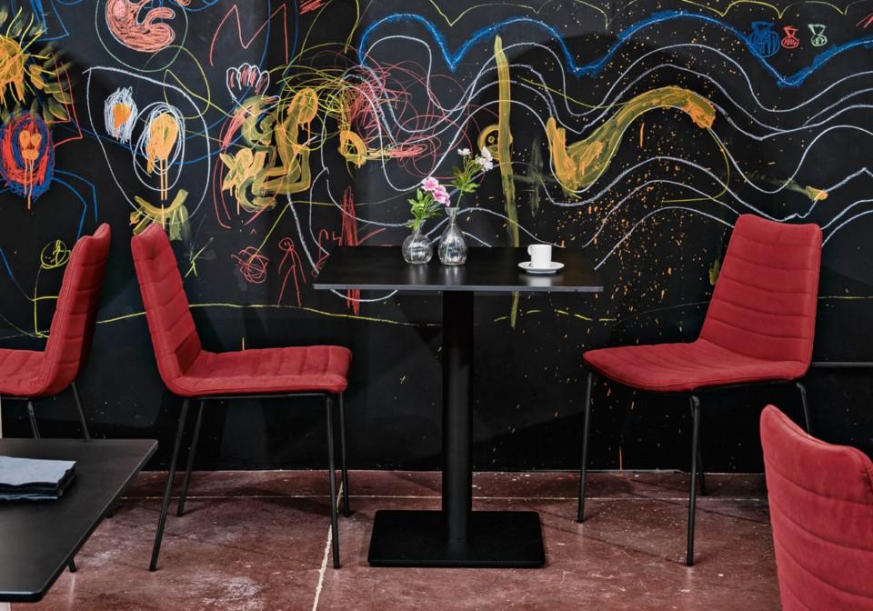 Sedia da tavolo Cover con seduta in tessuto rosso e gambe in metallo nero