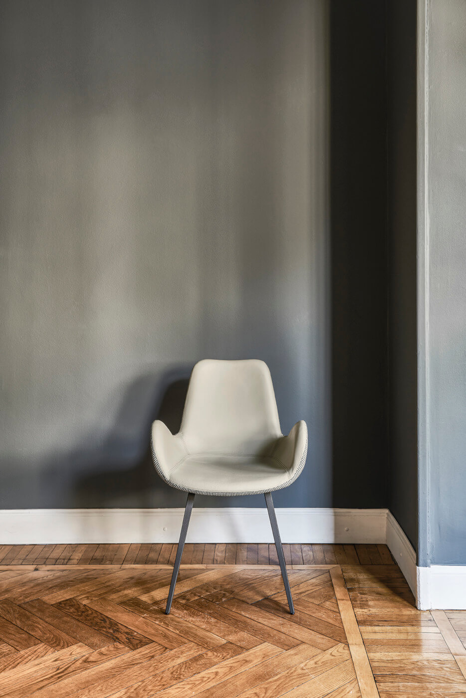 Dalia armchair with steel base and seat in gray fabric