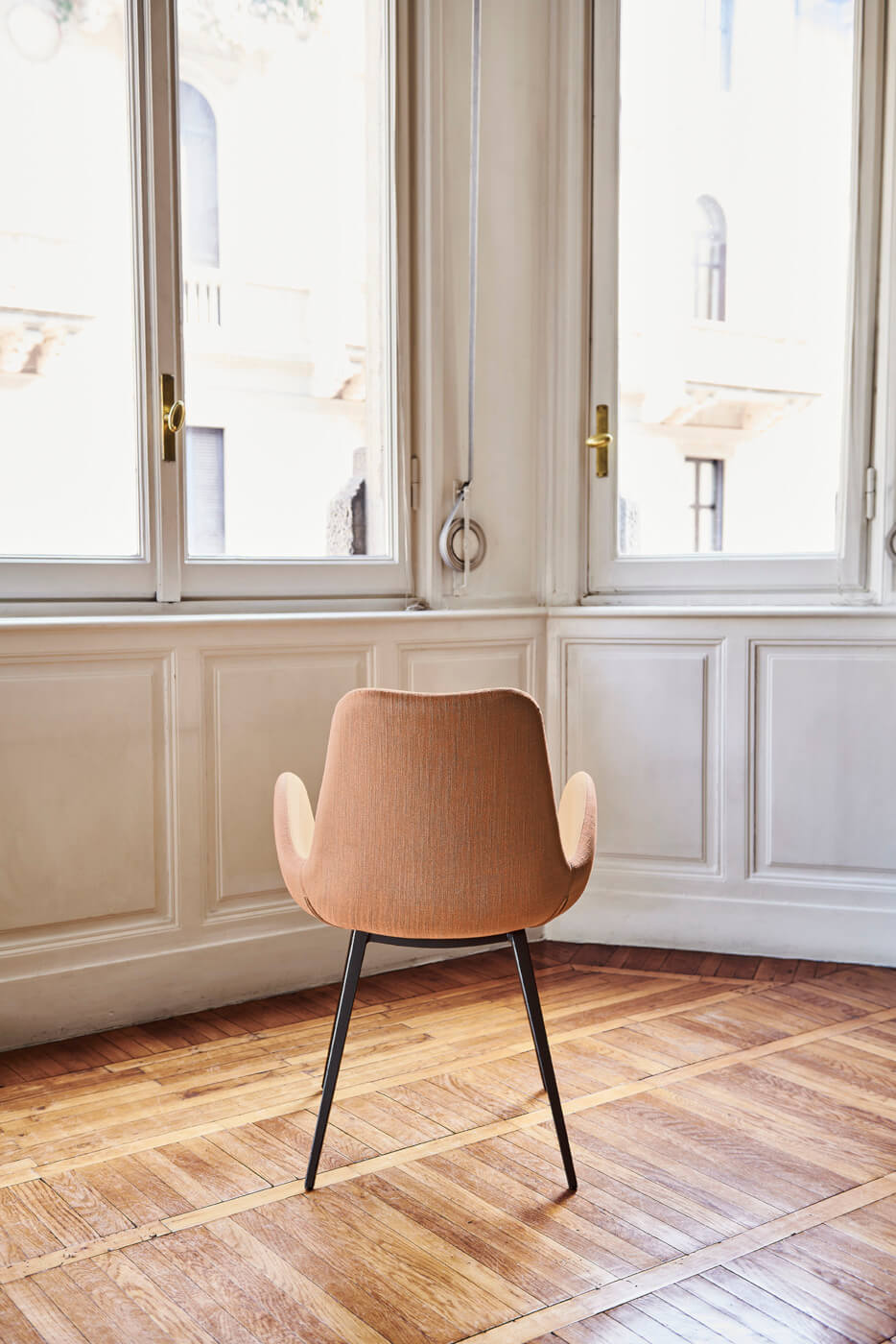 Dalia armchair with steel legs and seat in pink fabric