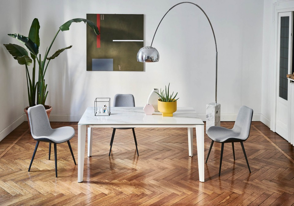 Diamante extendable table with legs in white metal and top in crystalceramic with calacatta marble effect