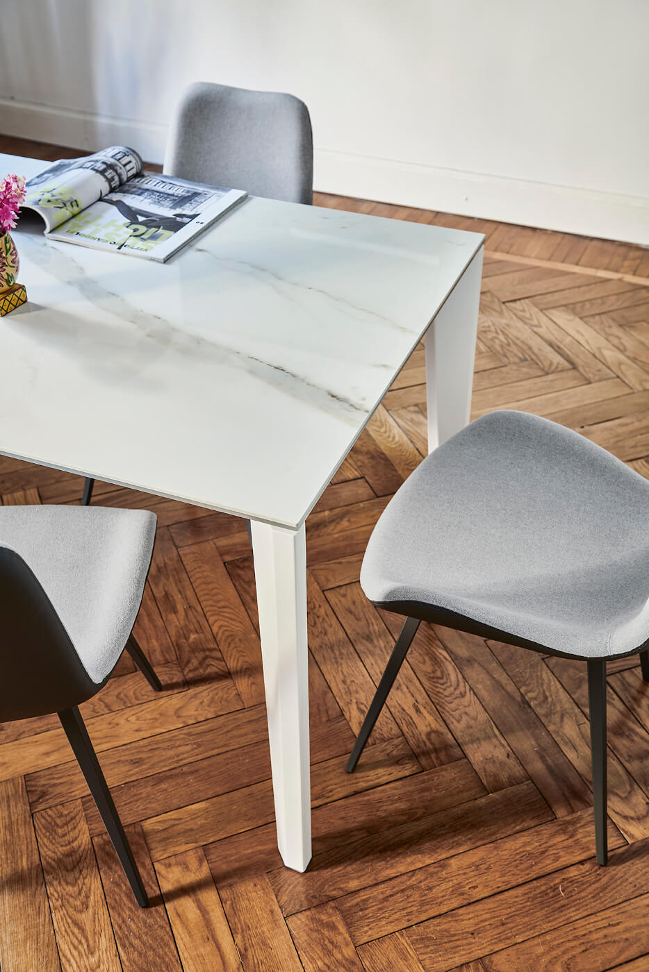 Detail of the Diamante table top in crystalceramic with calacatta marble effect