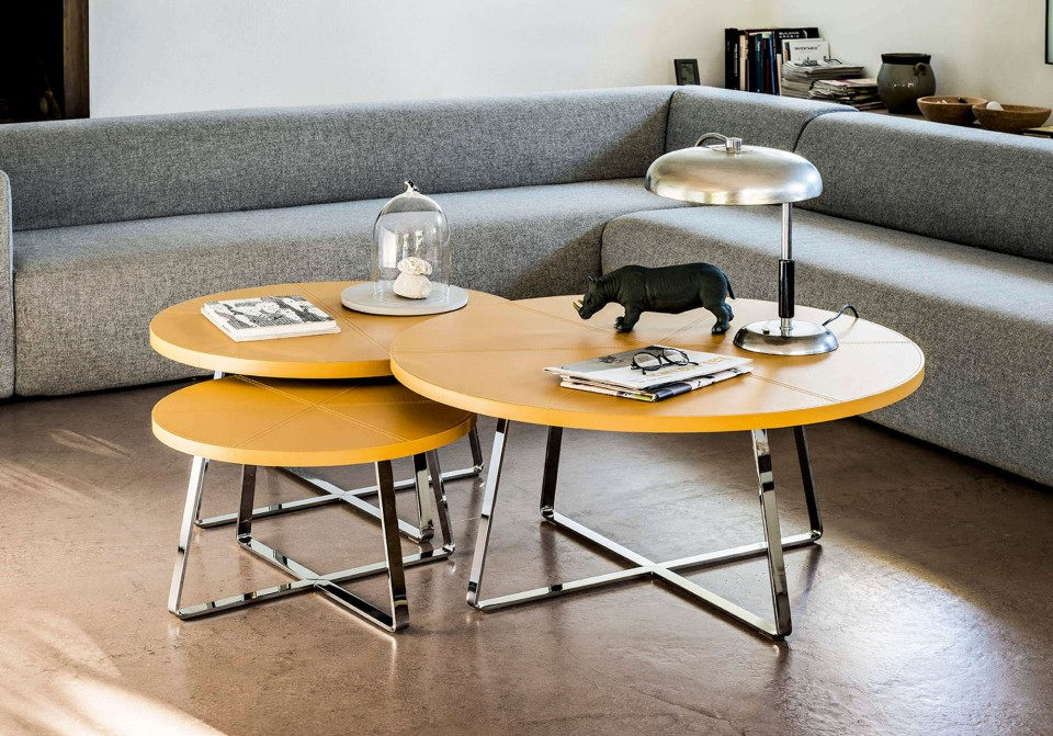 Ensemble de trois tables basses Dj avec pieds en metal chromé poli et plateau en cuir jaune ocre