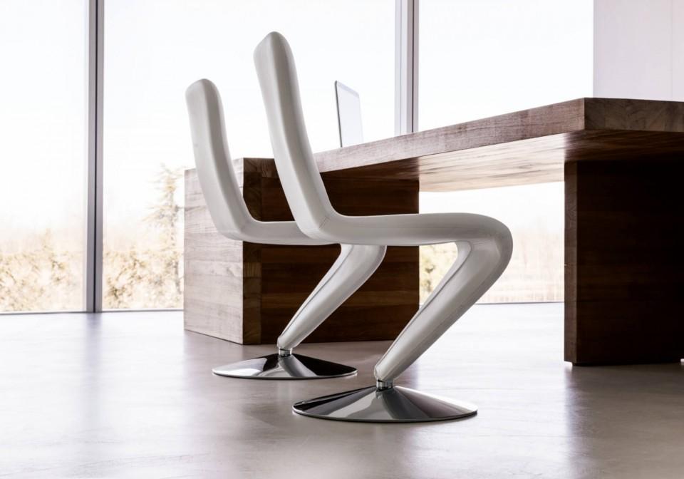 Chaise design F12 avec base ronde en acier chromé et assise en cuir blanc