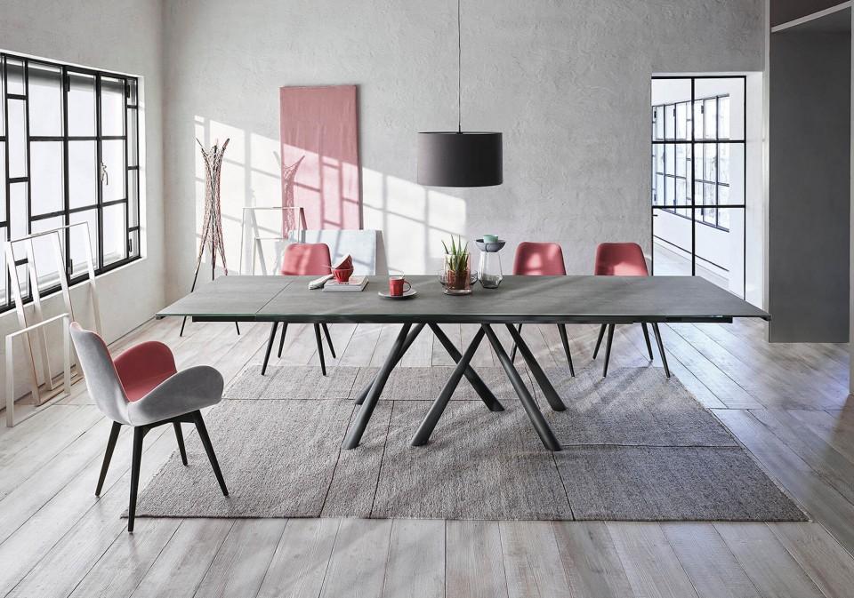 Table extensible Forest avec base en métal graphite et plateau en cristalcéramique ciment savoia