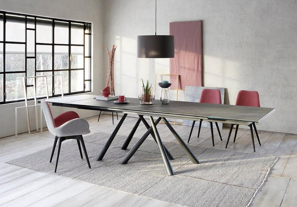 Table extensible Forest avec base en métal couleur graphite et plateau en cristalcéramique effet ciment savoia