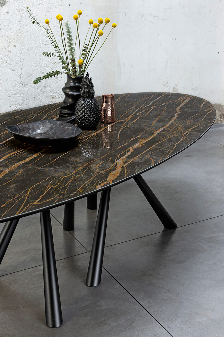 Detail of the oval top in crystalceramic with marble noir desir effect