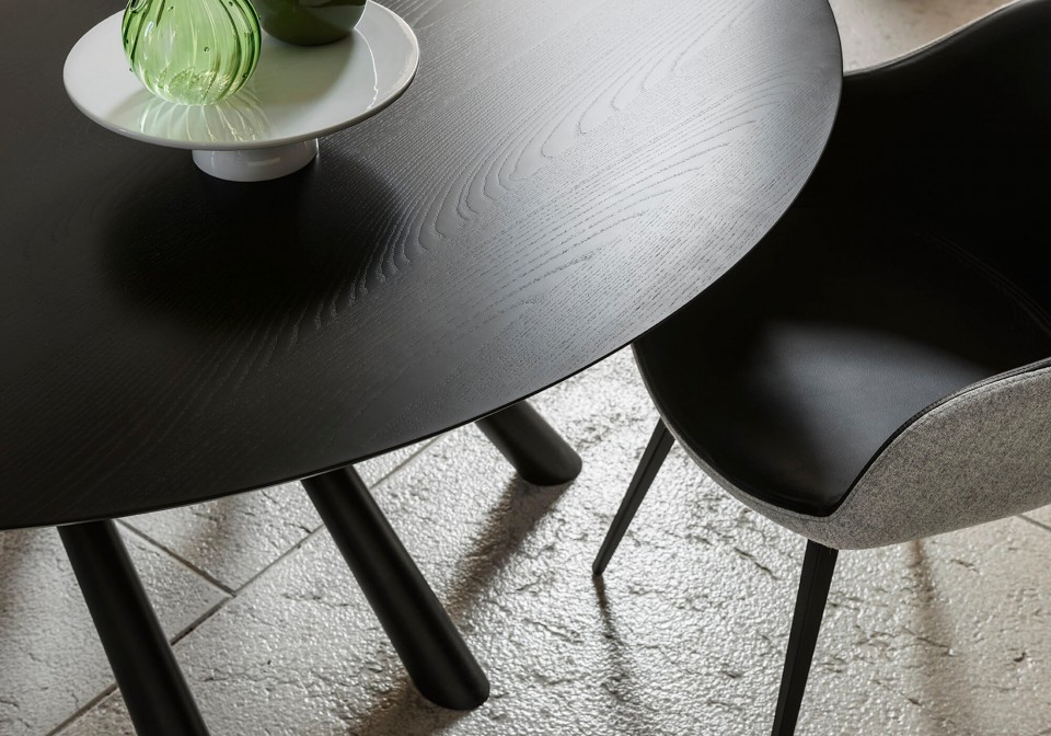 Detail of the black wooden top of the Forest table in the round version