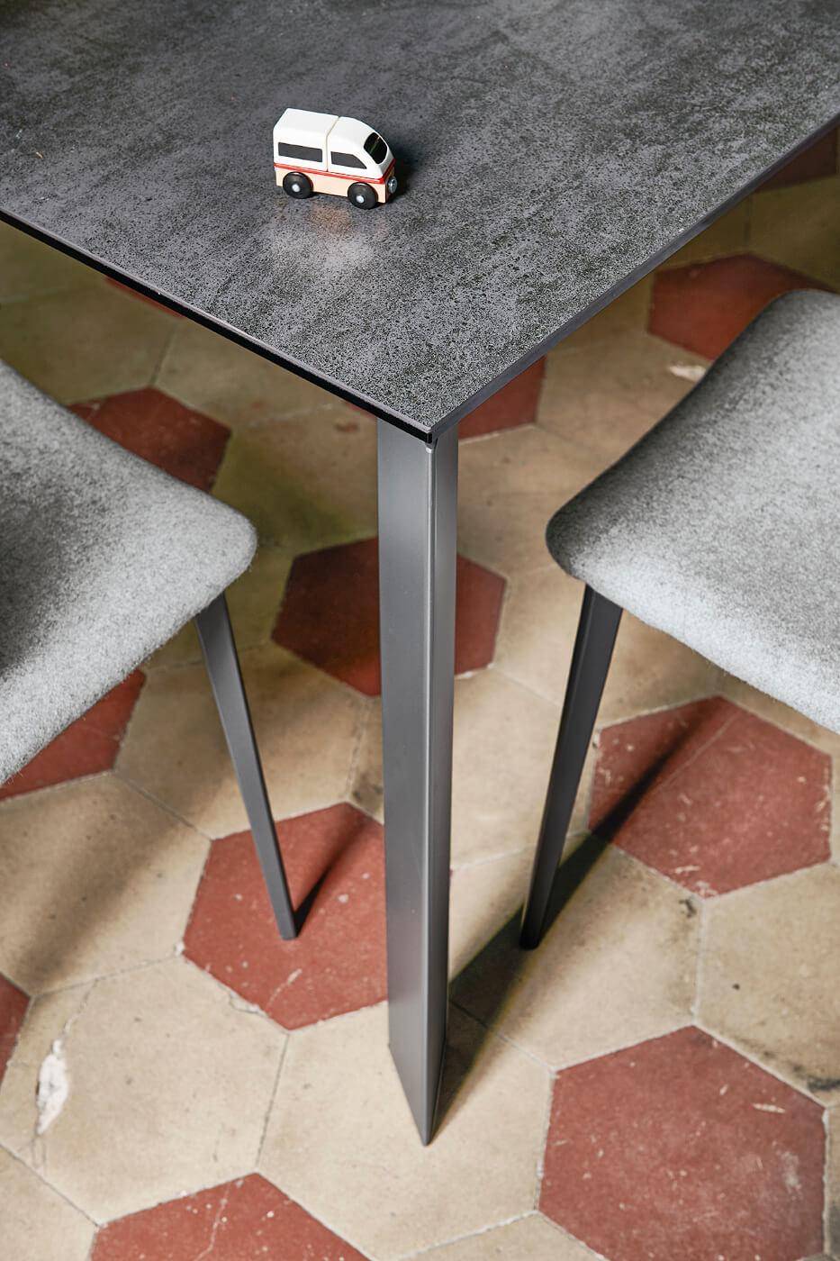 Dettaglio di gamba e piano del tavolo Ghedi