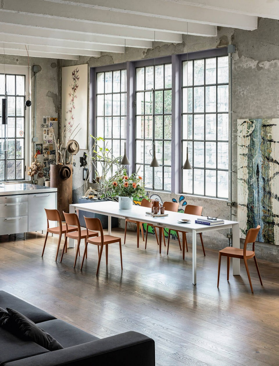Tavolo allungabile Ghedi con gambe in metallo bianco, piano in vetro antigraffio bianco e allunghe in mdf bianco