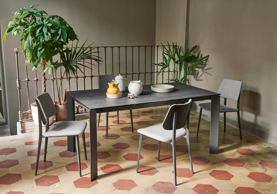 Tavolo allungabile con base in metallo color grafite e piano in cristalceramica finitura savoia antracite