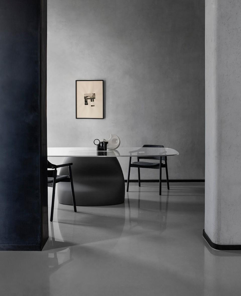 Tavolo Gran Sasso con base in baydur grigio scuro e piano in vetro
