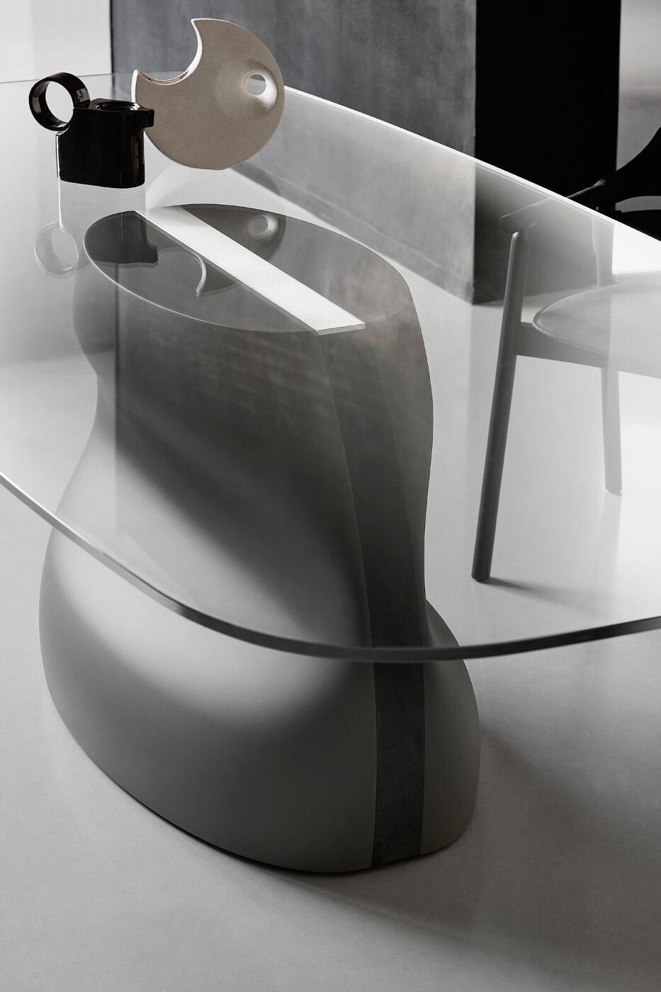 Dettaglio del tavolo Gran Sasso con base in baydur grigio scuro e inserto in metallo bianco