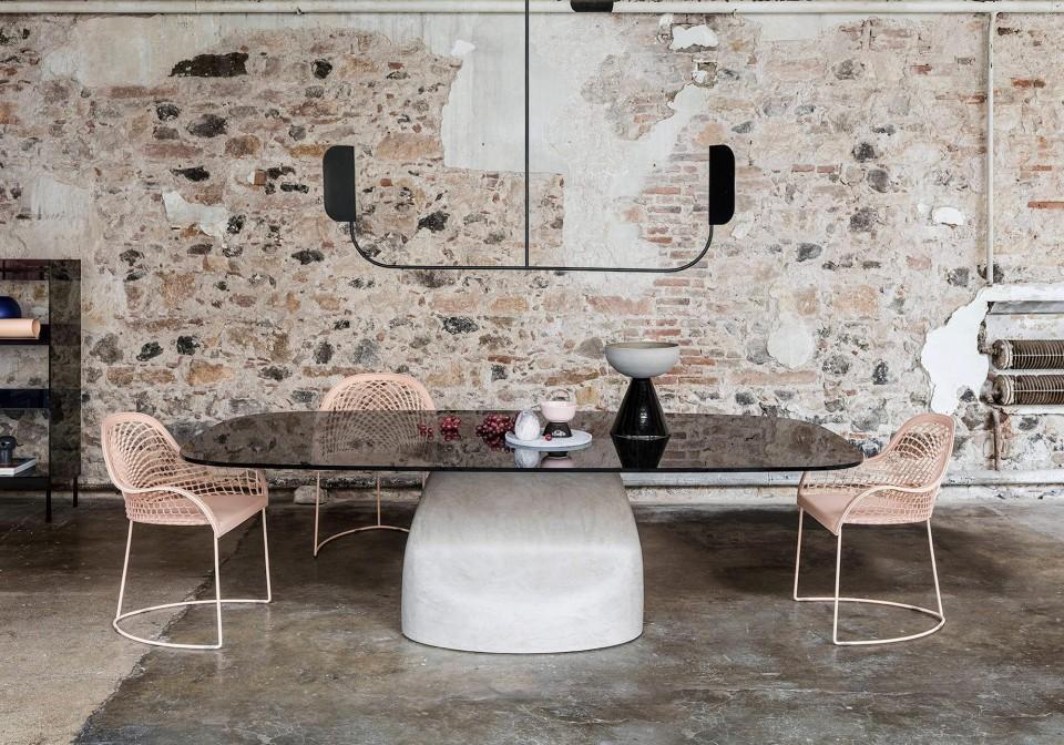 Tavolo Gran Sasso con base in baydur effetto cemento spatolato e piano in vetro