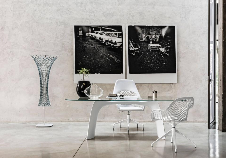Chaise de bureau pivotante Guapa avec assise en cuir blanc et piètement en métal blanc