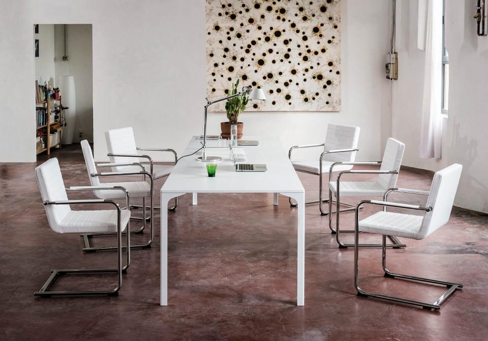 Chaise de table H5 avec assise rembourrée revêtue de tissu blanc. Structure métallique