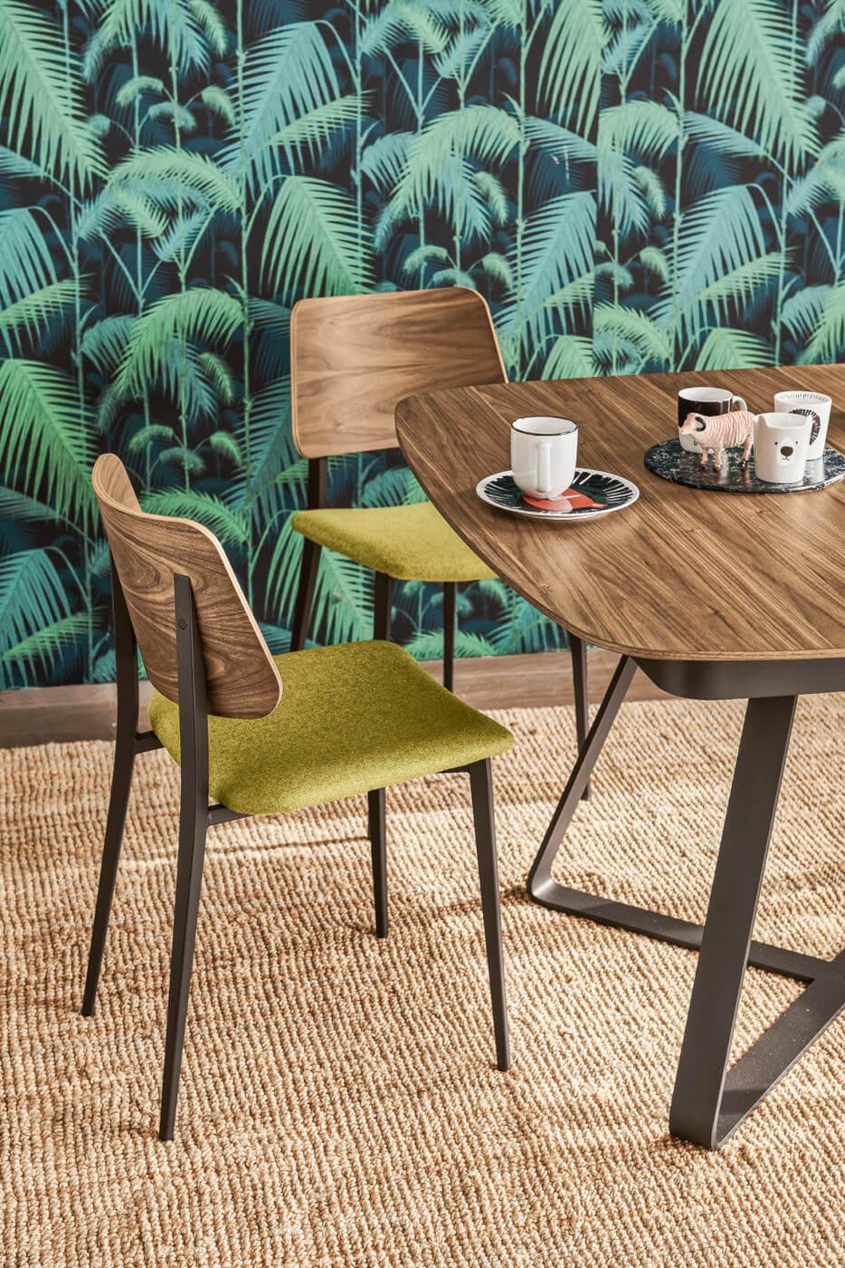 Chaise de restaurant Joe avec dossier en bois et assise en tissu vert. La base est formée de quatre pieds en métal