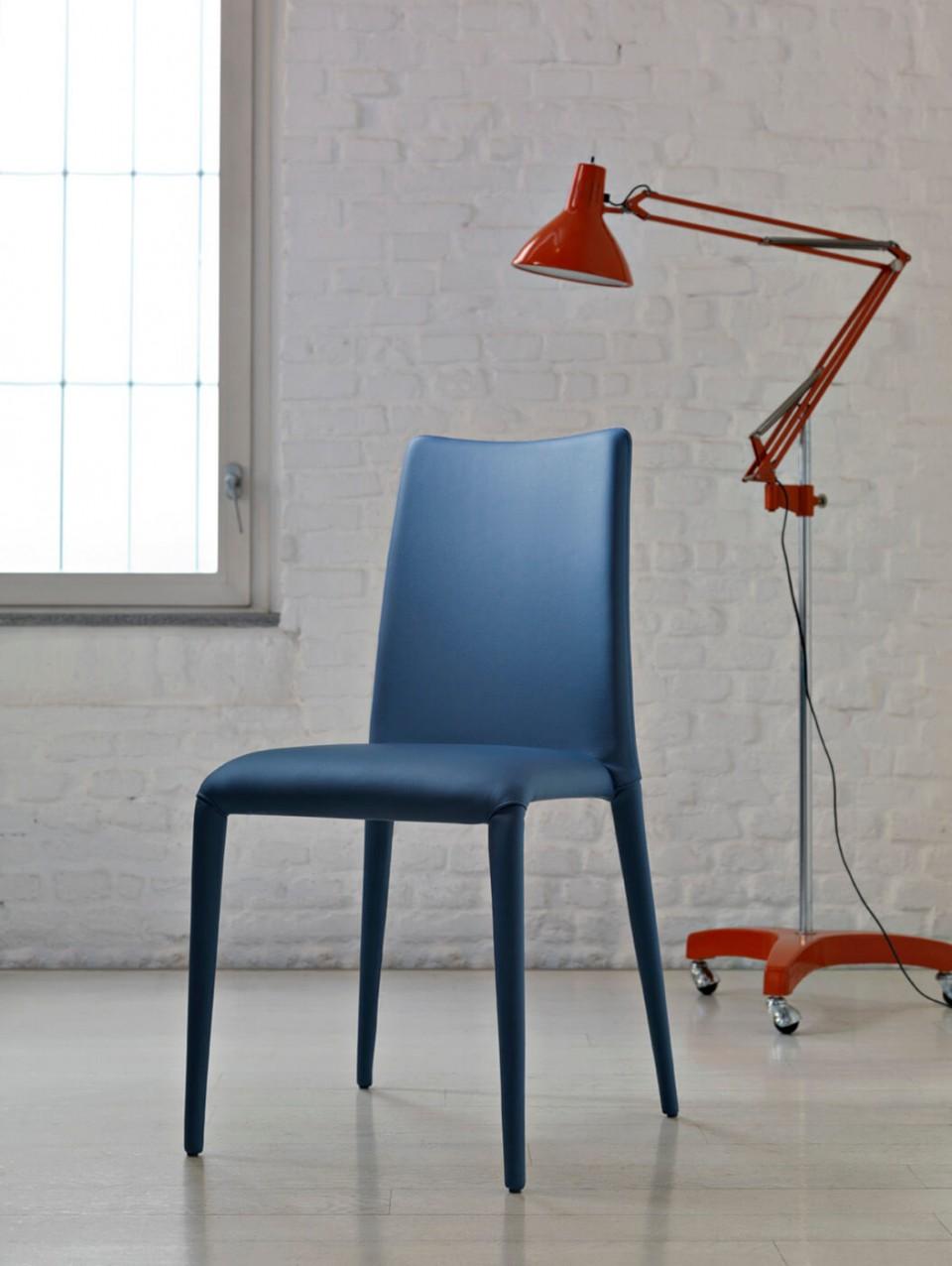 Chaise King avec base et assise rembourrée en cuir bleu