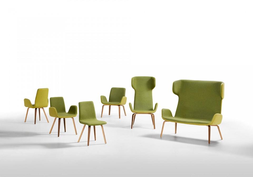 Divano Light con seduta in tessuto verde e base in legno