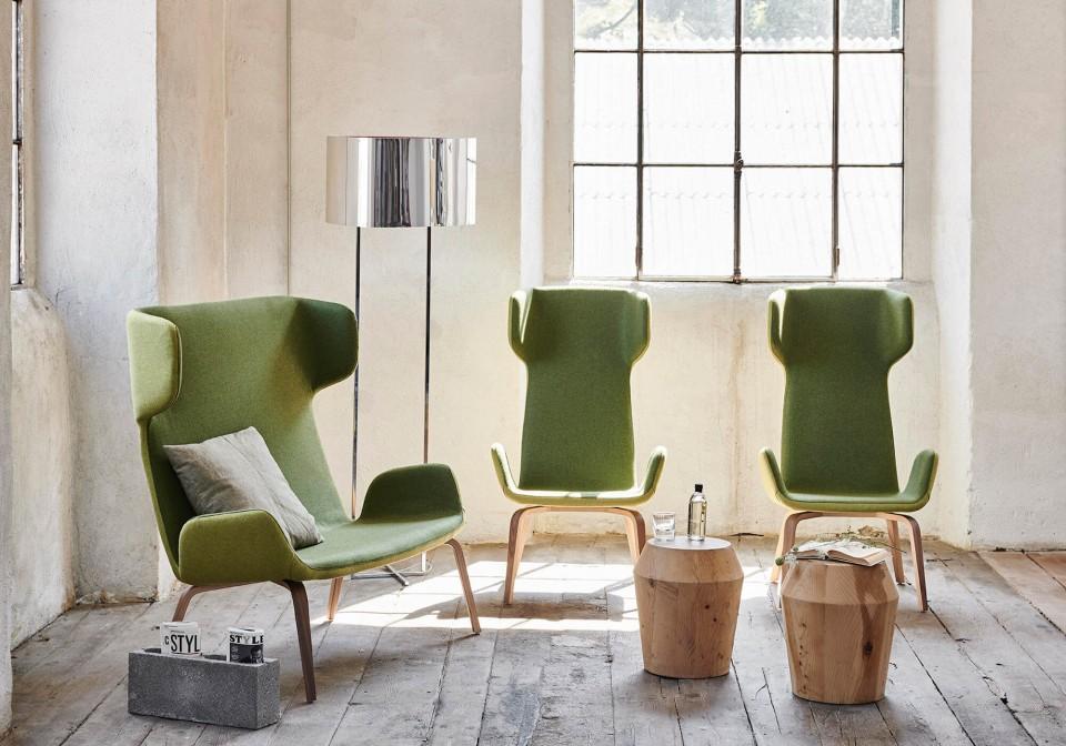 Divano Light con struttura di base in legno e seduta in tessuto verde