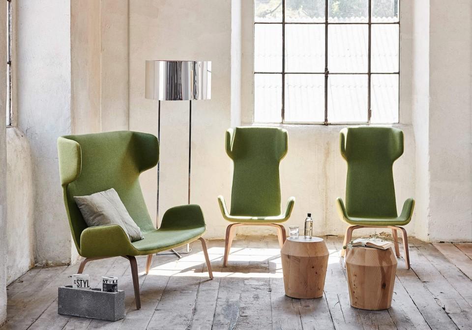 Sedia con braccioli Light con seduta in tessuto verde e base in legno
