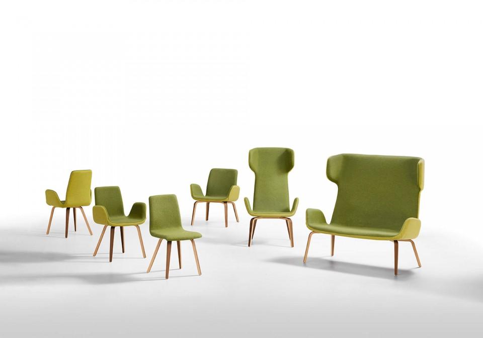 Sedia Light con seduta rivestita in tessuto verde e retro scocca in verde chiaro. La base è realizzata in legno