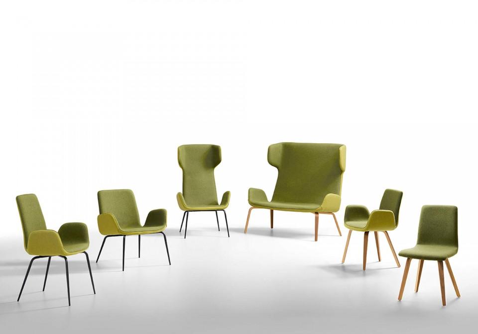 Sedia Light con seduta rivestita in tessuto verde e base in legno