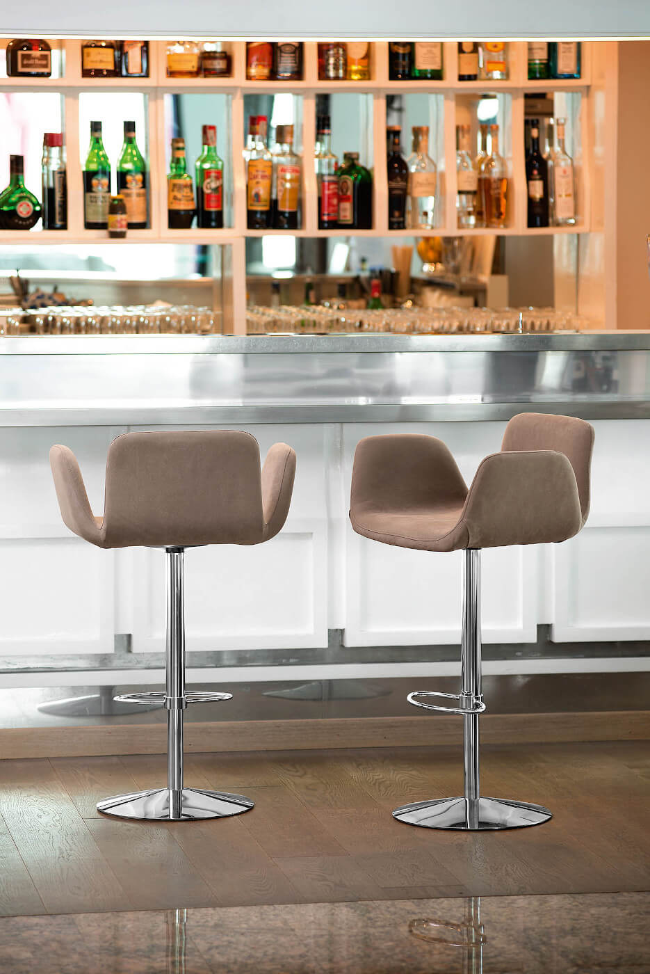 Sgabello da bar Light con seduta in ecopelle beige e base girevole in metallo