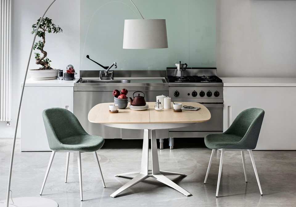 Link extendable table with central base in white metal and barrel top in natural oak finish