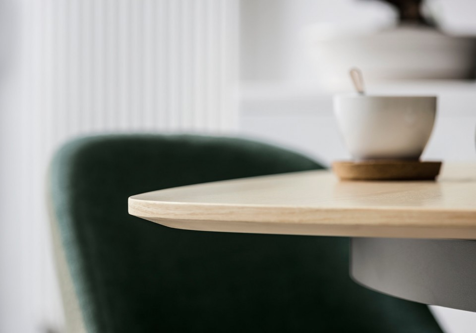Detail of the natural oak finish wooden top of the Link table