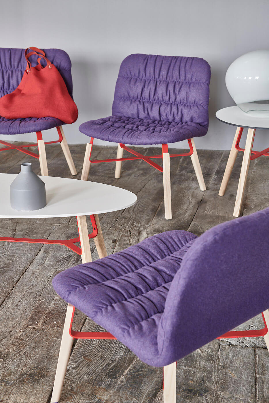 Poltrona per sala d'attesa Liù con seduta in tessuto viola e gambe in legno e acciaio verniciato viola