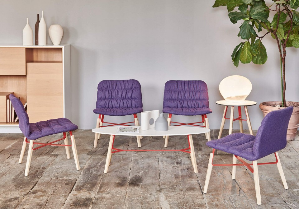 Lounge Liù con seduta rivestita in tessuto viola e gambe in legno e acciaio verniciato rosso